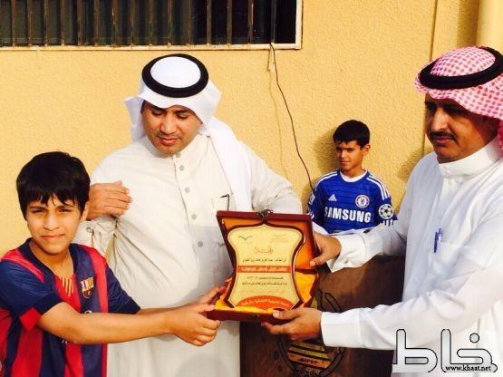 الحديبية الابتدائية بمركز خاط تكرم الطالب عبدالعزيز محمد زين