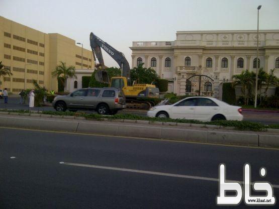 #عاجل بالفيديو : أمانة جدة تزيل مدخل قصر رجل أعمال شهير