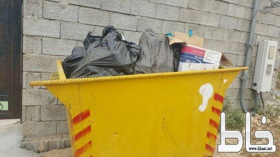أهالي مركز احد ثربان  ينقلون النفايات بسياراتهم الخاصة*