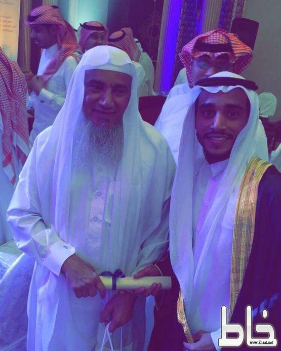 علي بن زيد الشهري يزف ابنه في حفل تخرجه