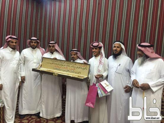 علي عبدالله العمري يحتفل بتخرج ابنه