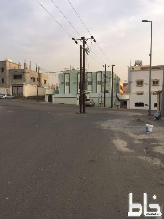 أعمدة كهرباء تتوسط شارع بفيصلية المجاردة والسكان يطالبون بازاحتها