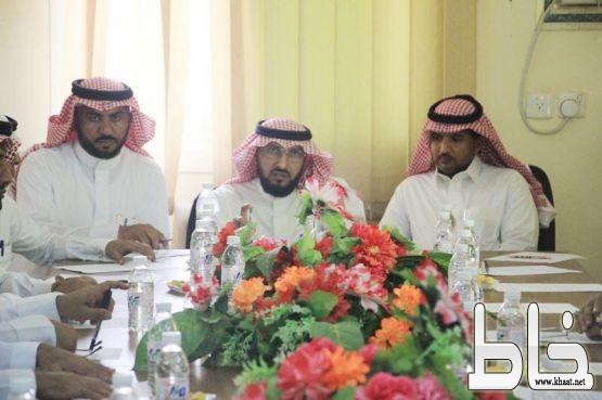 مدير مكتب التعليم ببارق يناقش أسباب نجاح العام الدراسي القادم مع قادة المدارس