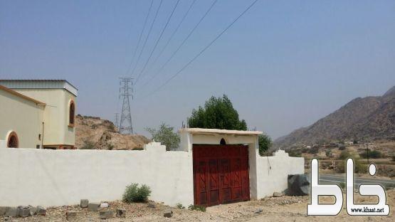مواطن في أحد ثربان يناشد الكهرباء  بإزالة الخطر من على منزله