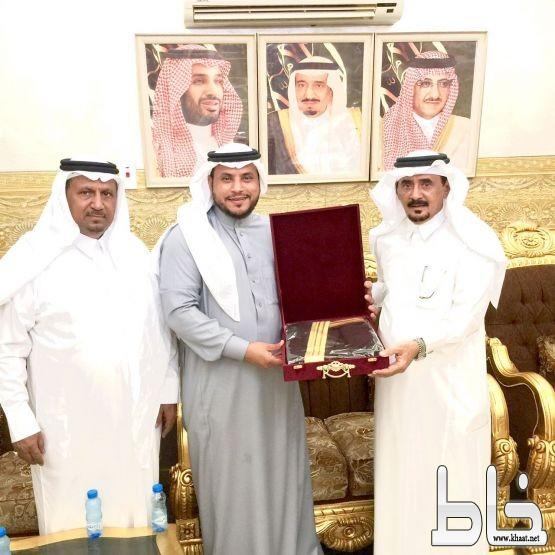 جابر الشهري عضو شرف نادي الهلال يزور رئيس نادي الفاروق ويطمئن على صحته