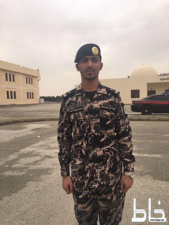 العقيد ركن خالد القرني يقلد الملازم محمد علي فراج رتبة ملازم بعد صدور الامر الملكي