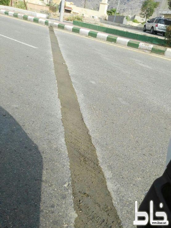 """تفاعلاً مع """" خاط """"  بلدية المجاردة تصلح حفر تتوسط الشارع العام بمركز خاط"""