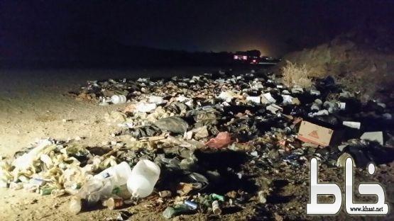 في صورة مؤسفة : نفايات مرمية على قارعة الطريق العام الرابط بين مركز احد ثربان وخميس حرب