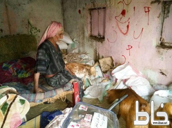 صور مؤلمة  لٱسرة فقيرة في محايل عسير تنام وسط المواشي