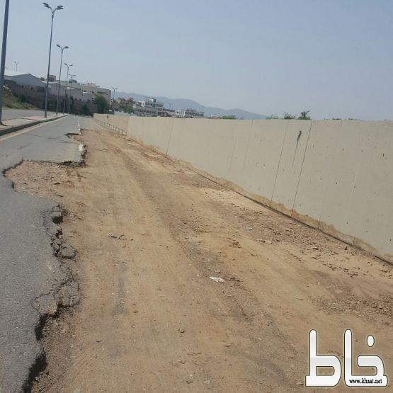 الطريق المؤدي الى مصلى العيد بمحافظة المجاردة على وشك الانهيار