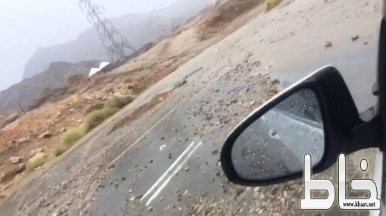 شاهد : مواطن يسخر من  الطريق العام بأحد ثربان بسبب سوء تصريف السيول