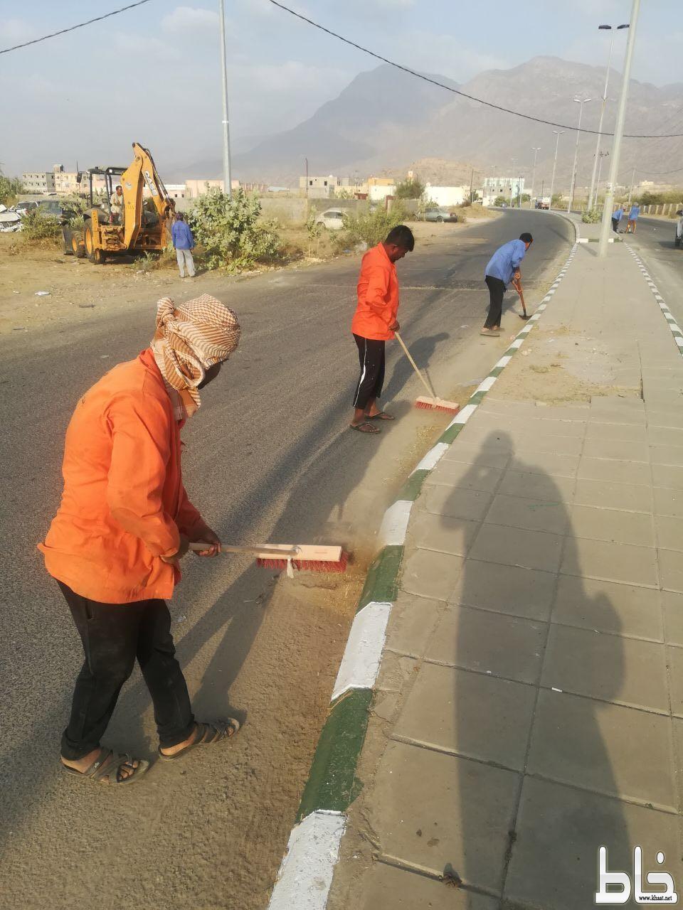 بلدية بارق تقوم بتركيب أعمدة الإنارة لحديقة ثلوث المنظر وتحد من التشوه البصري للشارع الرئيسي