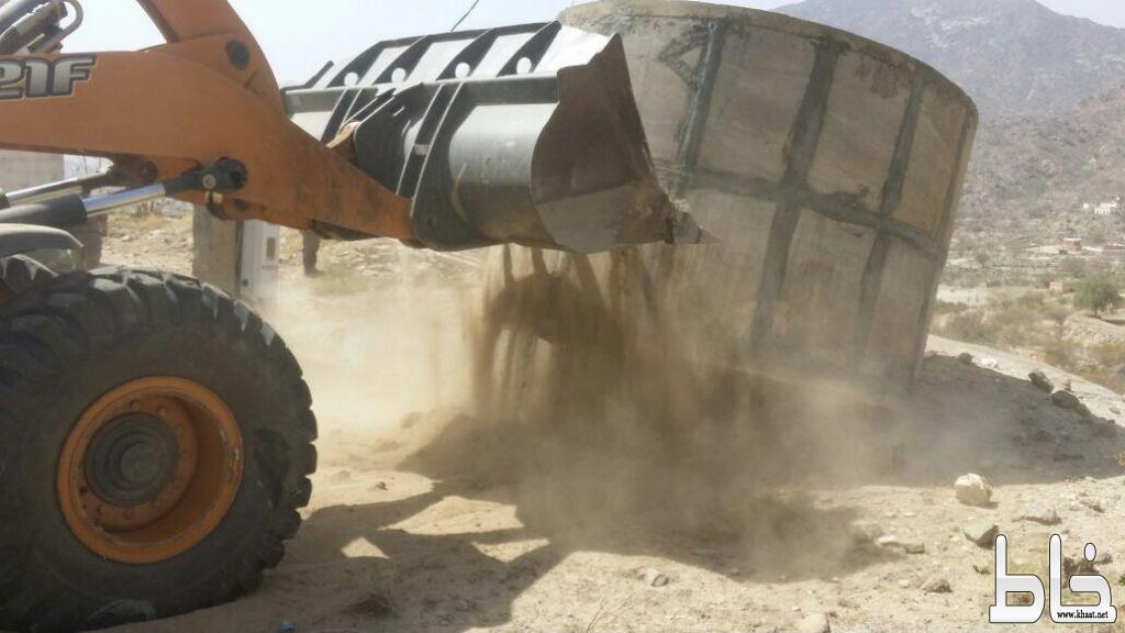 بلدية بارق و لجنة التعديات تزيل الإحداثات من ثلاثة مواقع بسد عامر