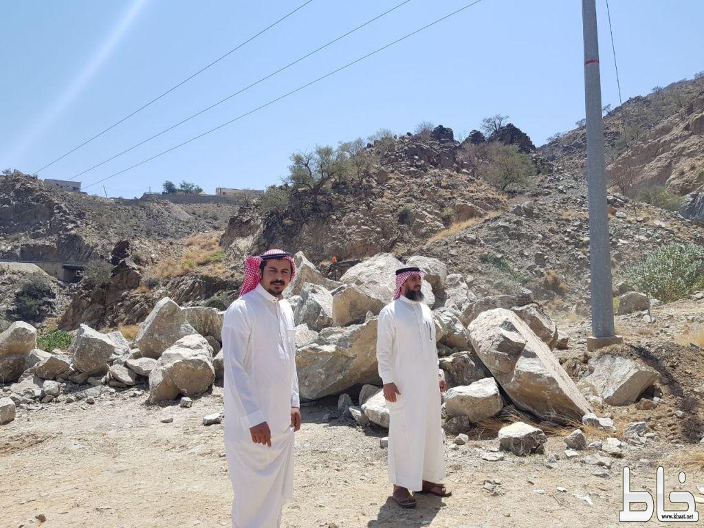 رئيس مركز عبس ومدير مكتب الخدمات بعبس يتابعان فتح طريق مدخل عبس بقرية الحصنه