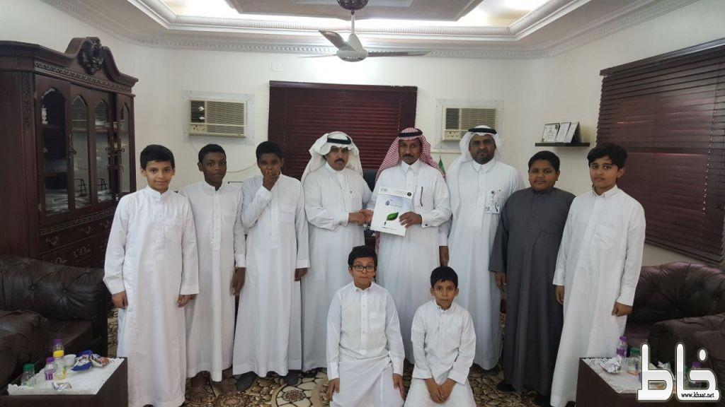 """""""آل عمر """"  برفقة طلابه  في زيارة فرع خدمات المياه بالمجاردة والمياة تكرم """" آل عمر """" وإدارة المدرسة"""