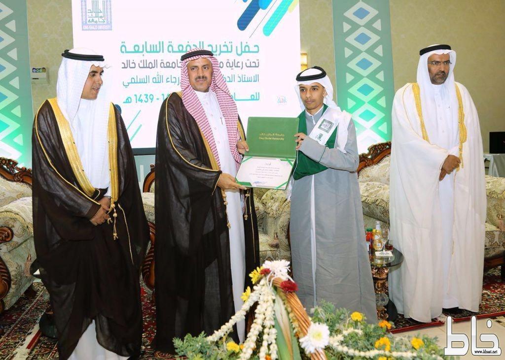 برعاية معالي مدير جامعة الملك خالد فرع تهامة يحتفل بتخريج الدفعة السابعة
