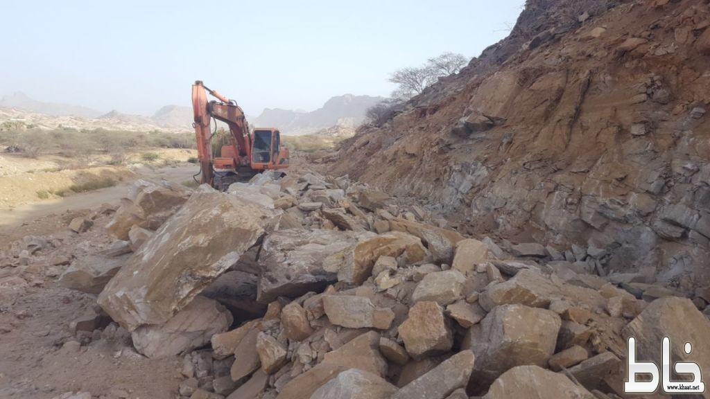 بلدية بارق تستكمل أعمال توسعة طريق نصبه بربيعة