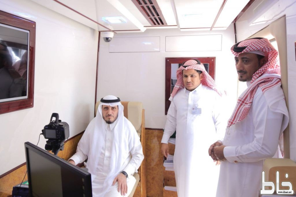 البناوي وآل منشط يتابعان سير العمل في عربة الأحوال المدنية بمحافظة بارق