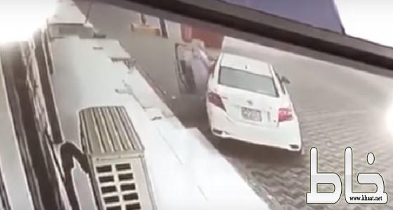 بالفيديو .. لحظة سرقة سيارة من أمام محل في المجاردة