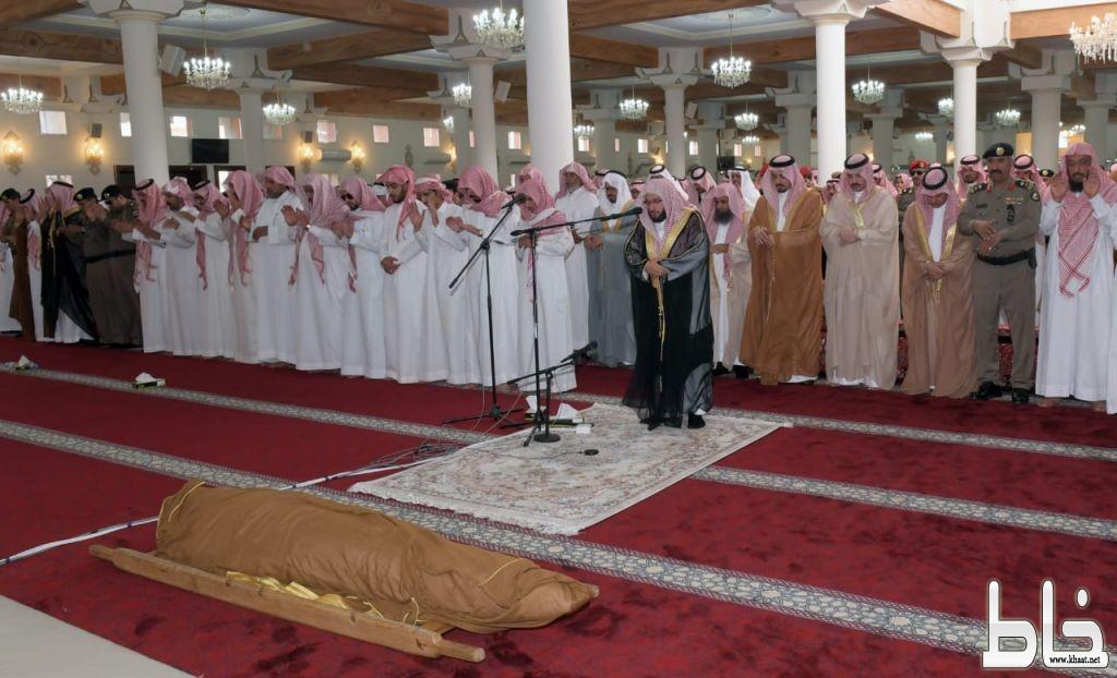 سمو أمير المنطقة وسمو نائبه يتقدمون المصلين على الشهيد آل مشاوي