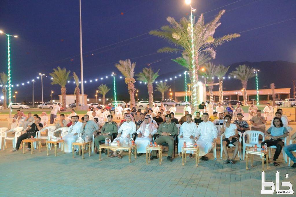 """""""البناوي"""" و """"البارقي"""" يتابعان مباراة الأخضر عبر شاشة حديقة بلدية بارق"""