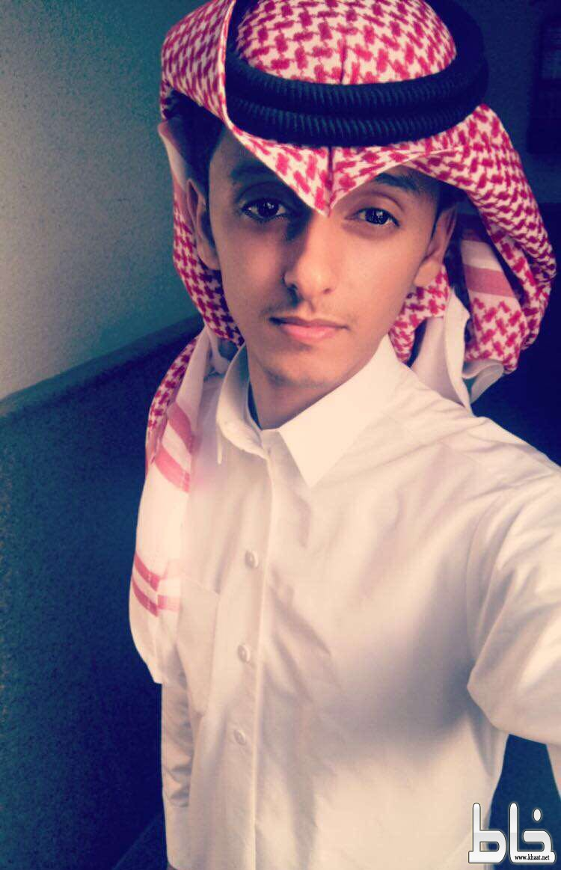 محمد القحطاني يحتفل بتخرجه من جامعة ام القرى