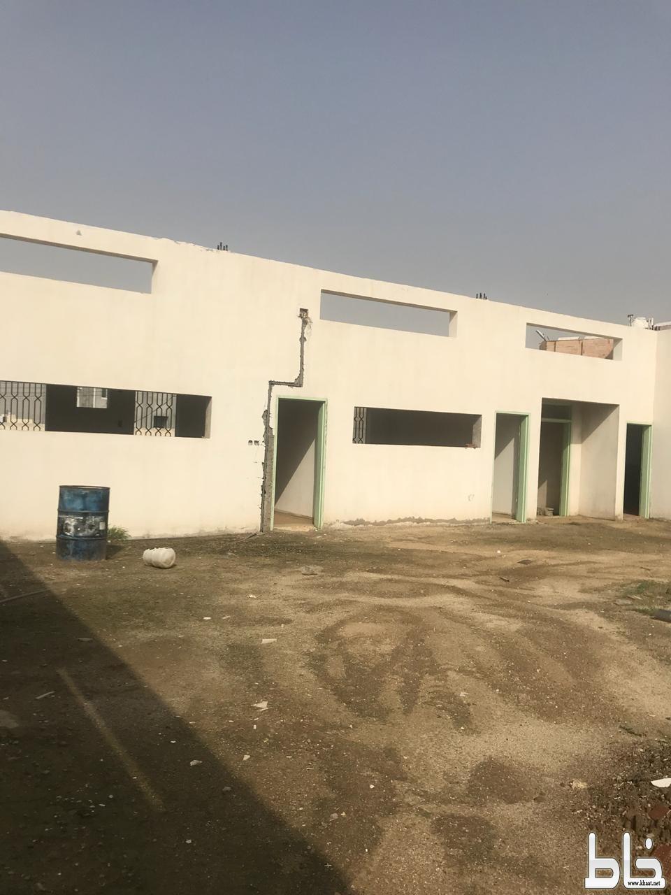 مبنى مدرسة الرحاب الابتدائية بالخوش بمحافظة بارق مأوى للمجهولين والعمالة السائبة