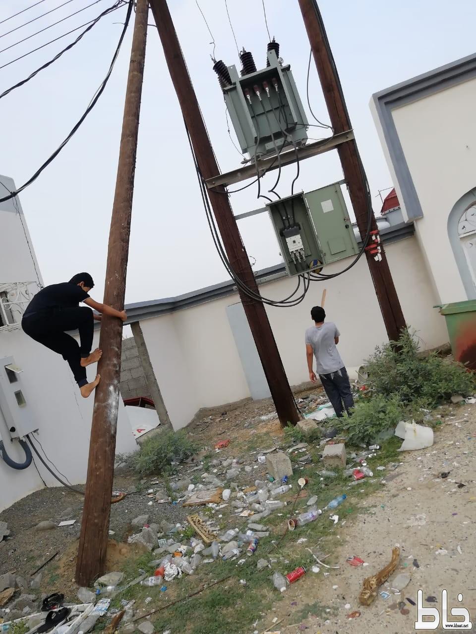 أطفال يلعبون ويتسلقون فوق محوّل كهربائي بمركز ثربان