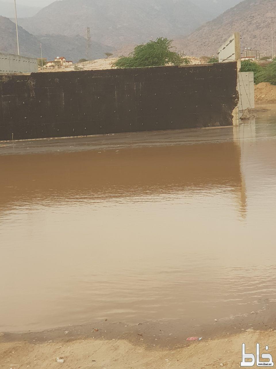 شاهد السيول تحتجز مواطنين بمركزاحد ثربان ومشروع عبارة متعثر من سنتين