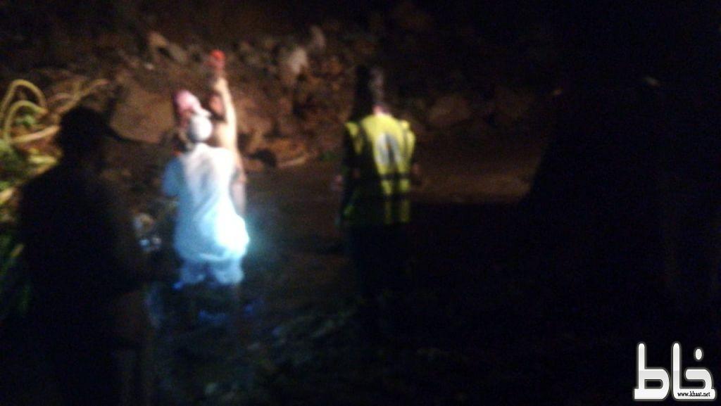 """"""" مدني المجاردة """" ينقذ مركبة مواطن احتجزت في سيل بوادي ذمل بثربان"""