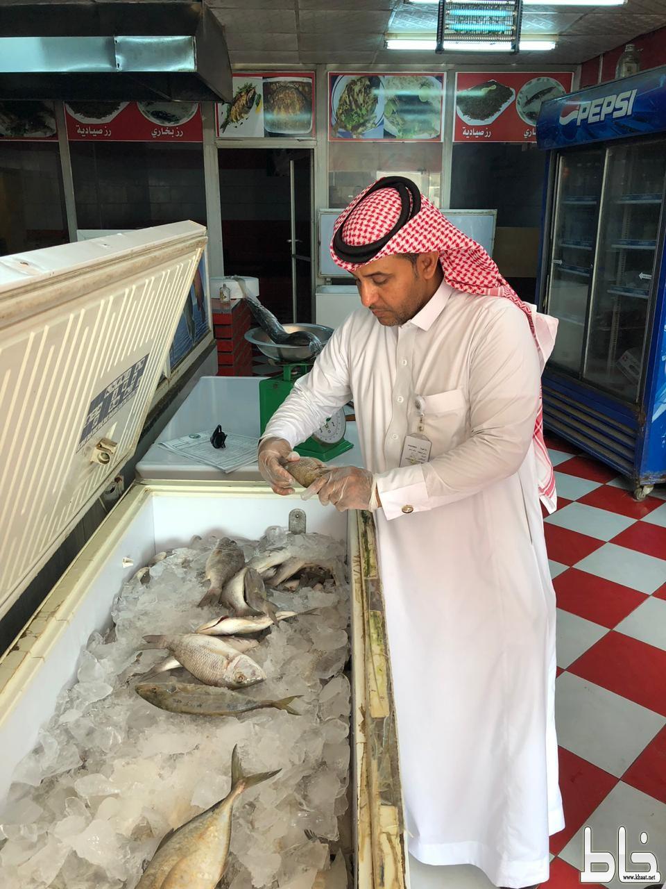 بلدية بارق تغلق مطعمين ضمن حملة غذاؤكم أمانة