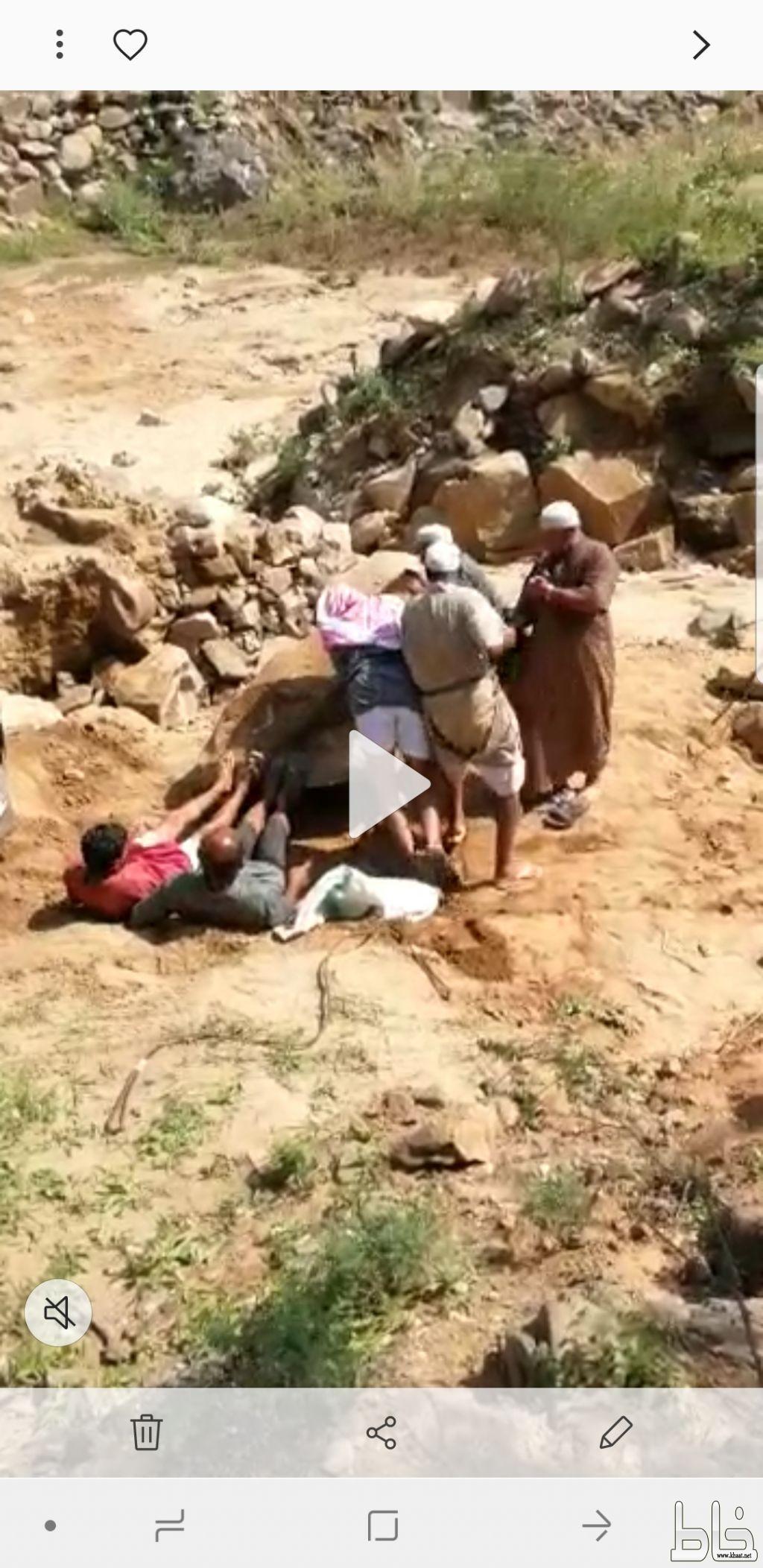 بالفيديو والصور : شاهد مواطنون يقومون بفتح الطريق بأيديهم في رؤوس الجبال بأحد ثربان
