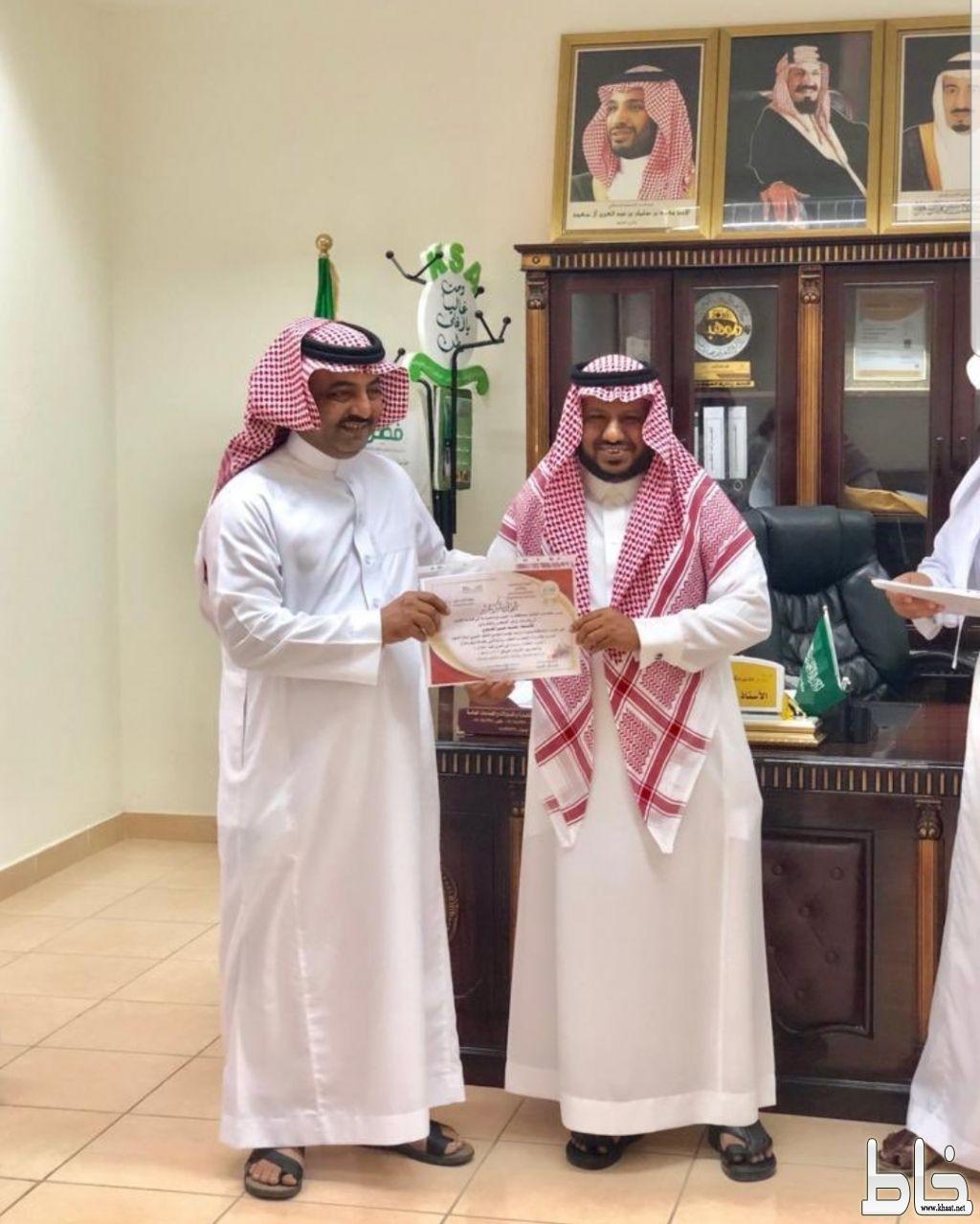 مدير مكتب تعليم المجاردة يكرم المعلم محمد حسن العمري ..