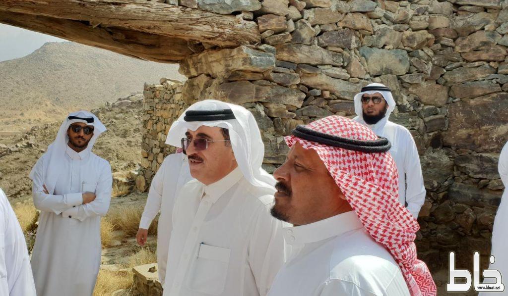 آل حموض يزور قرية الخطوة التاريخية بالمجاردة ضمن الزيارات التطويرية للمحافظة