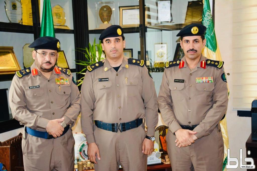 مدير الدفاع المدني بمنطقة مكة المكرمة يقلد العمري  رتبة مقدم