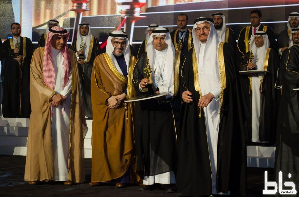 وزير التعليم يكرم الاستاذ علي الرشيدي قائد ثانوية صقر قريش بجائزة التميز للتعليم