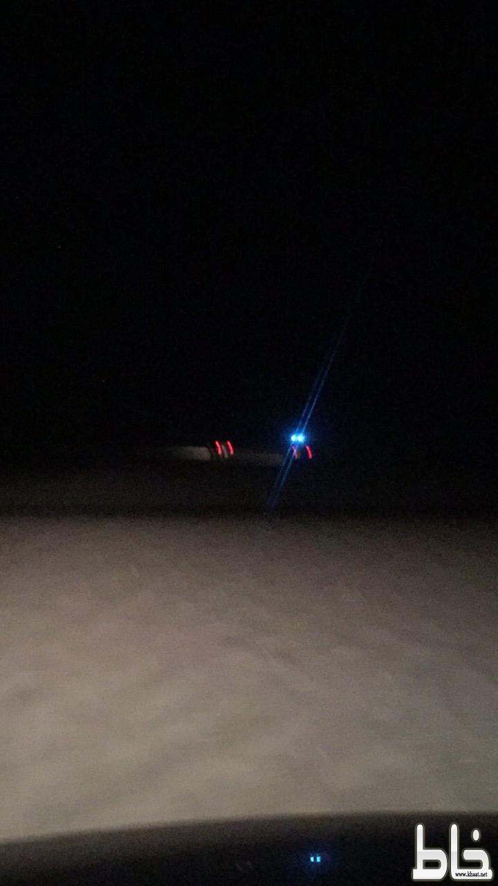 فريق ساعد التطوعي يخرج مركبة عالقة في الرمال