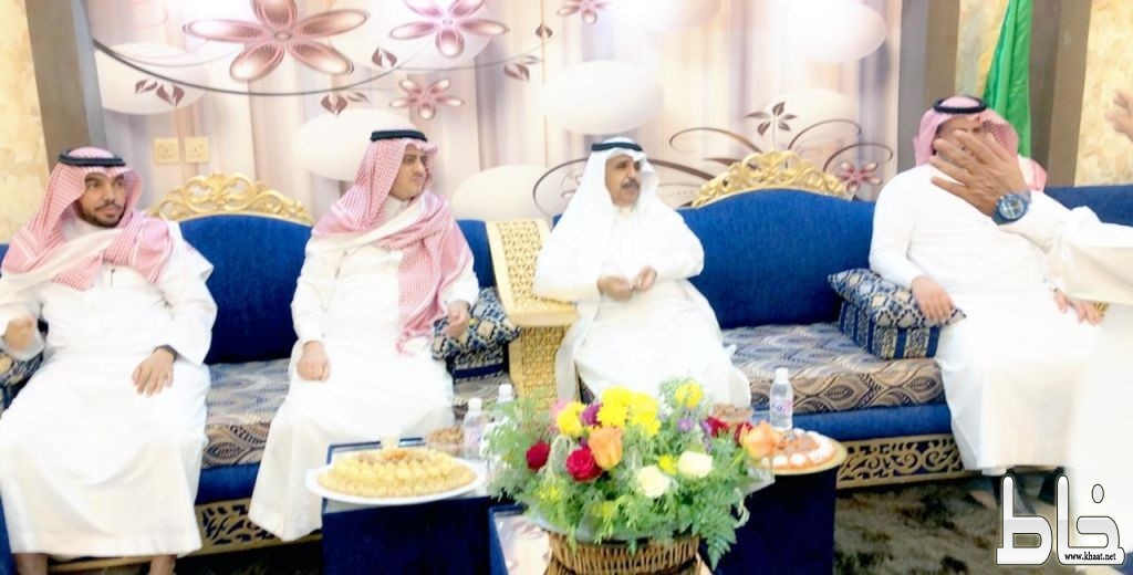 محافظ القنفذة يزور الشيخ بن مدرمح في منزله للإطمئنان على صحته