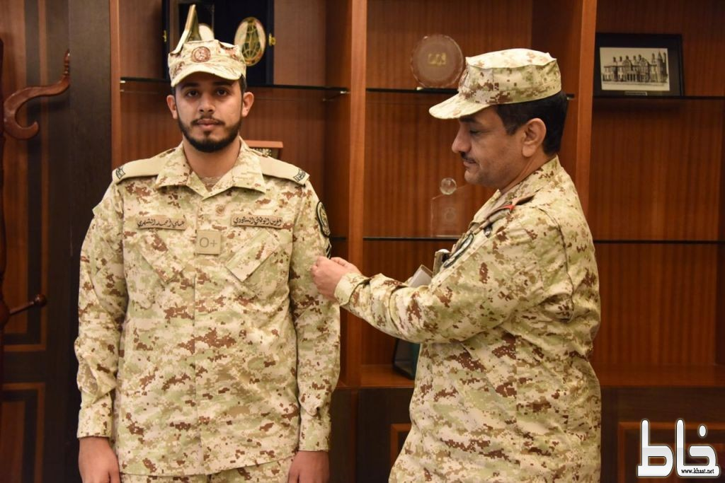 قائد كلية الملك عبدالله بن عبدالعزيز يقلّد الرقيب اول علي الصميدي رتبته الجديدة