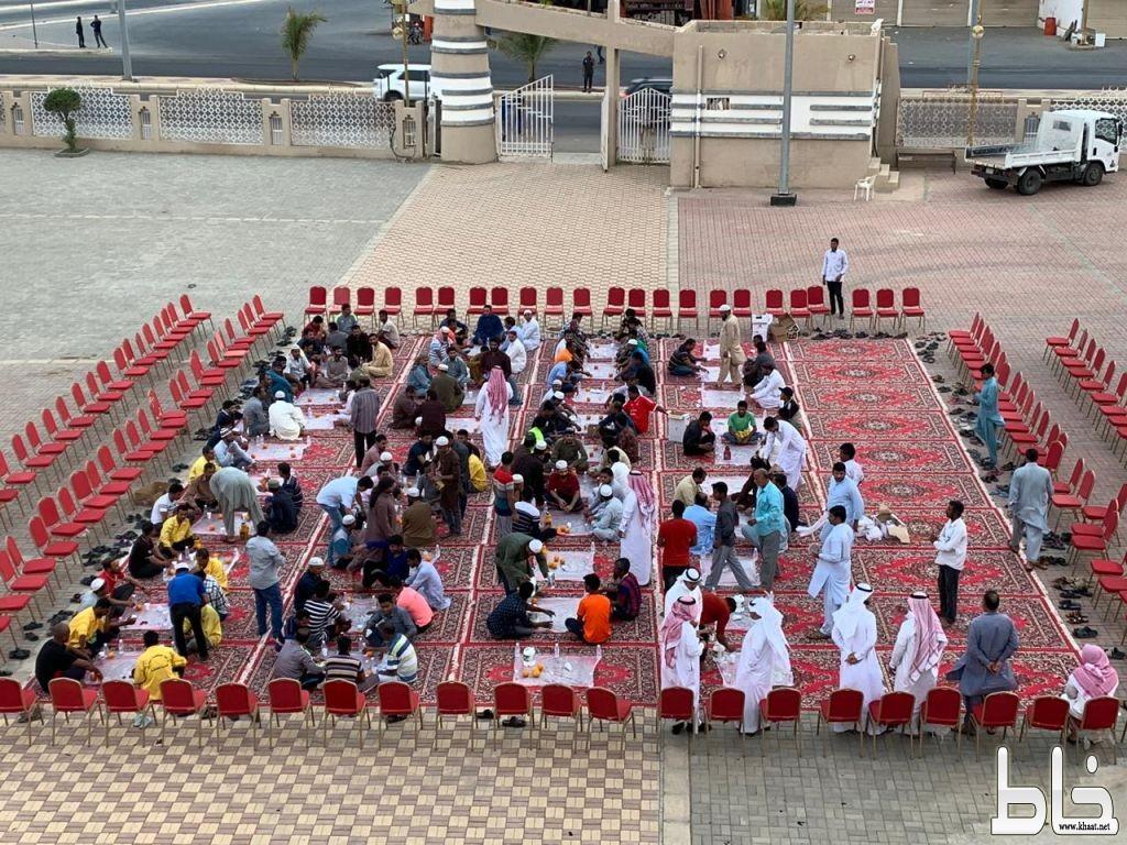 بحضور رئيس المحكمة ورئيس المجلس البلدي : رئيس بلدية المجاردة يقيم وجبة إفطار لعمال النظافة