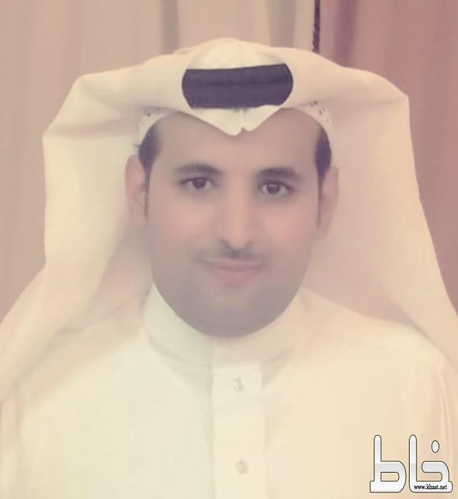 الأستاذ أحمد علي الشهري رئيس مجلس نادي الهلال بعسير يقدّم إهداء كأس بطولة التنمية 1440 هـ