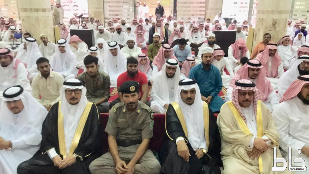 أهالي مركز خاط يؤدون صلاة العيد يتقدمهم رئيس المركز ومشائخ القبائل