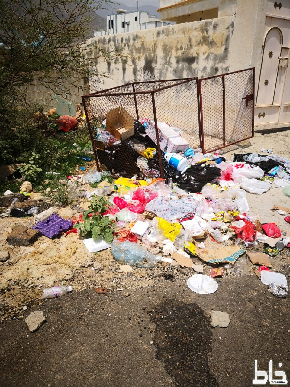 سكان مركز ختبه يعانون من تراكم النفايات