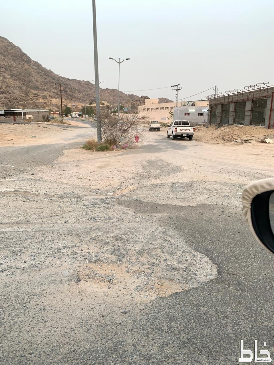 بالصور شاهد :  رادءة وسؤ الطريق المؤدي إلى مدرسة ابن حبان بأحد ثربان