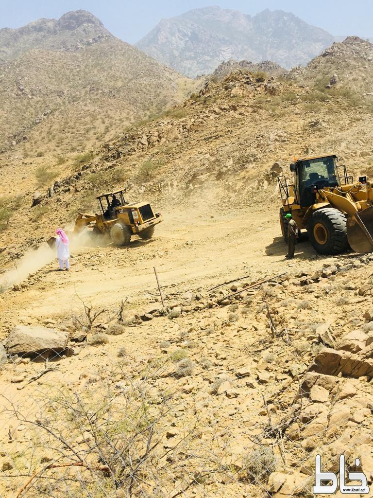 لجنة إزالة التعديات بالمجاردة تزيل التعديات في وادي الغيل بمركز خاط