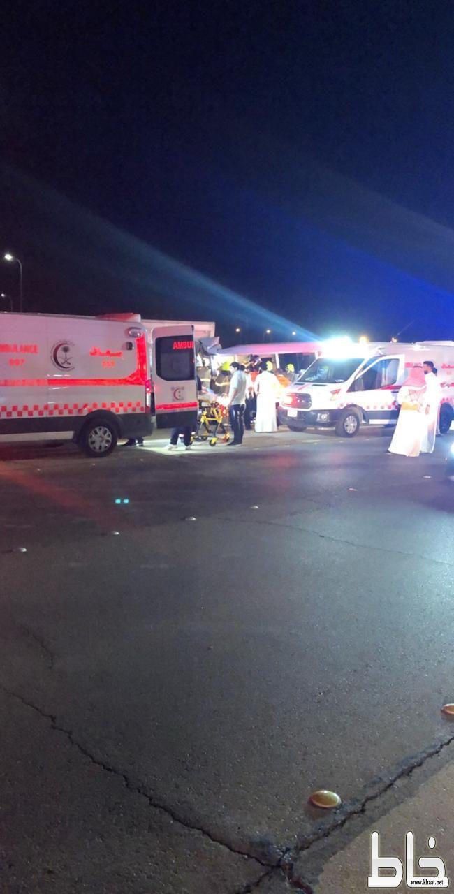 الهلال الأحمر يباشر حادث سير  بمطار الملك خالد ينتج عنه ١٢ حالة ووفاة