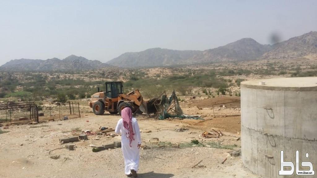 بلدية بارق و لجنة التعديات تستعيدان  ٦٠٠.٠٠٠م٢ من الأراضي الحكومية بالمنظر