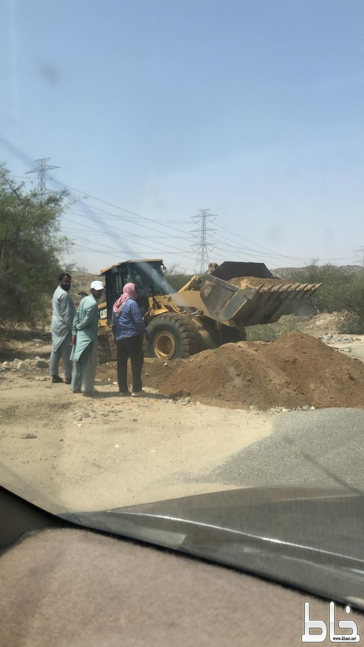بلدية المجاردة تقوم بردم الحفرة الخطيرة التي خلفتها السيول بأحد ثربان