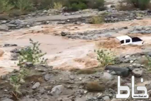 بالفيديو: السيول تحتجز مركبة عائلة في وسط وادي حضوة بمركز خاط