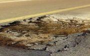 """"""" حفرة """" خطيرة وسط الطريق العام بمركز احد ثربان تهدد حياة المارة"""